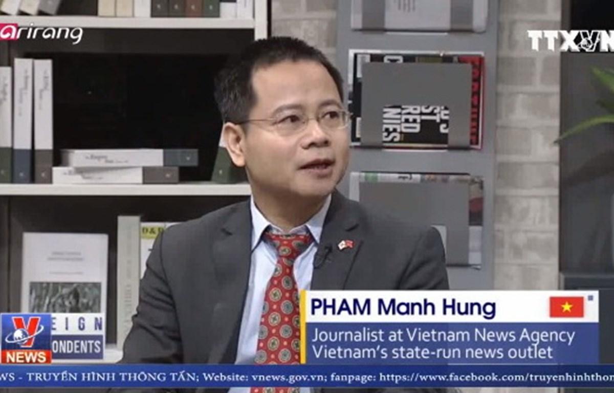 Nhà báo Phạm Mạnh Hùng phát biểu trên kênh truyền hình quốc tế Ariang. (Ảnh: TTXVN)