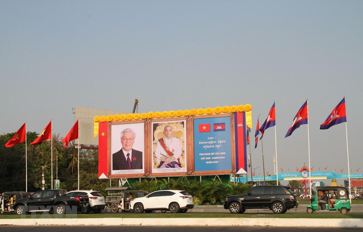 Ảnh Tổng Bí thư, Chủ tịch nước Nguyễn Phú Trọng và Quốc vương Campuchia Norodom Sihamoni được long trọng đặt tại trung tâm Thủ đô Phnom Penh. (Ảnh: Minh Hưng/TTXVN)