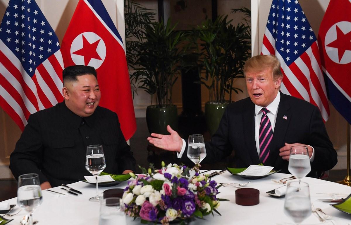 Tổng thống Mỹ Donald Trump (phải) và Chủ tịch Triều Tiên Kim Jong-un dùng bữa tối thân mật trong cuộc gặp đầu tiên tại Hội nghị thượng đỉnh Mỹ-Triều lần hai, ngày 27/2. (Nguồn: AFP/TTXVN)