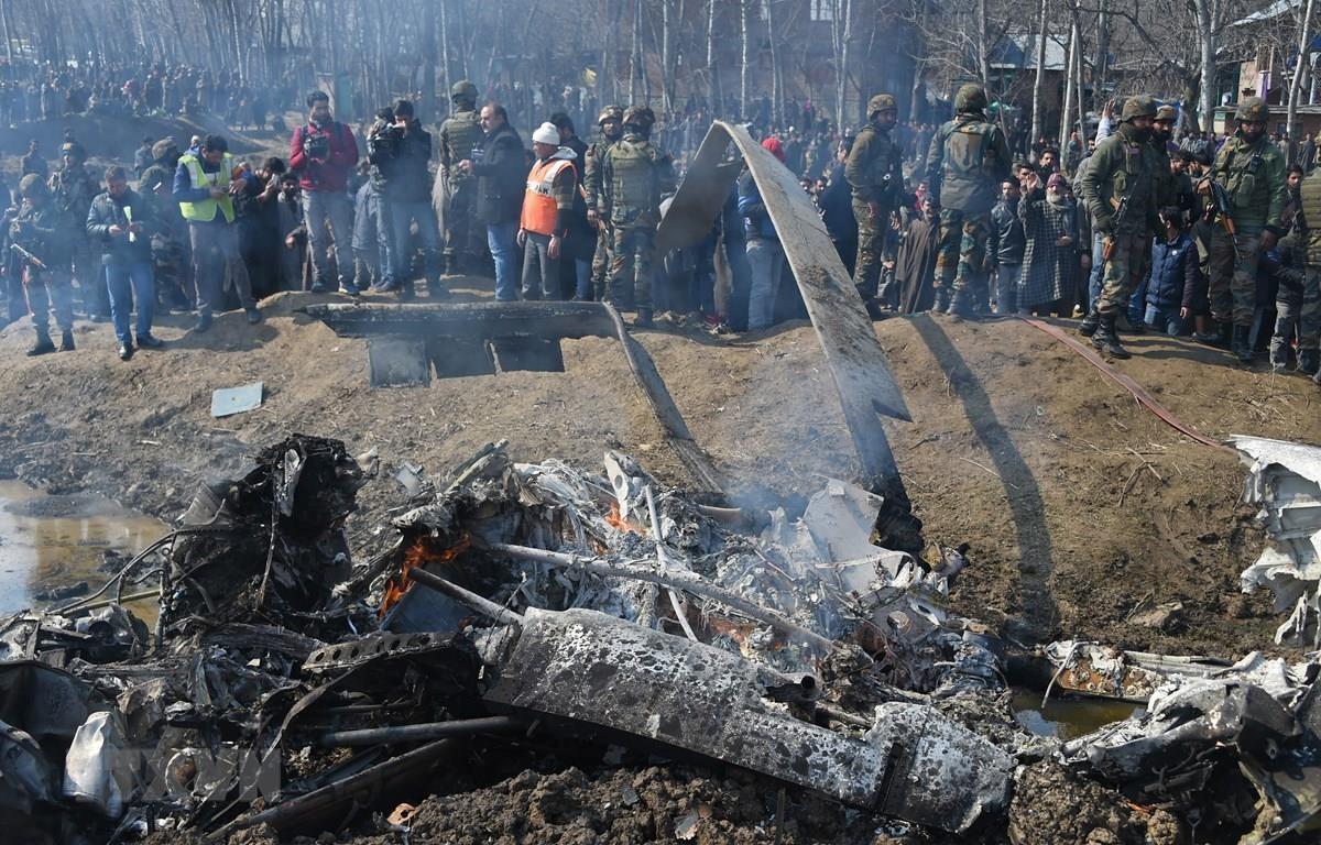 Binh sỹ Ấn Độ điều tra bên chiếc máy bay của Không quân nước này bị rơi tại quận Budgam, cách thủ phủ Srinagar, bang Kashmir khoảng 30km ngày 27/2/2019. (Ảnh: AFP/TTXVN)