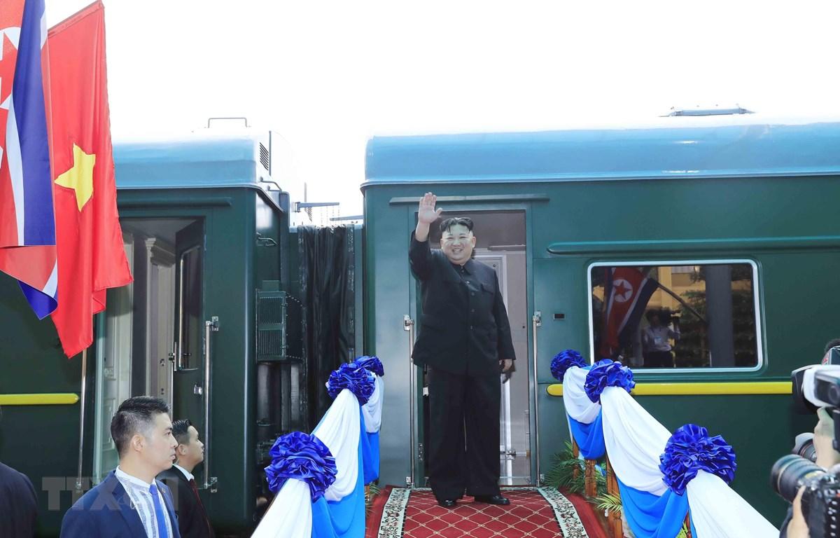 Chủ tịch Triều Tiên Kim Jong-un chào tạm biệt các đại biểu và người dân Lạng Sơn ra tiễn tại ga Đồng Đăng trước khi lên tàu rời Việt Nam. (Ảnh: Nhan Sáng/TTXVN)