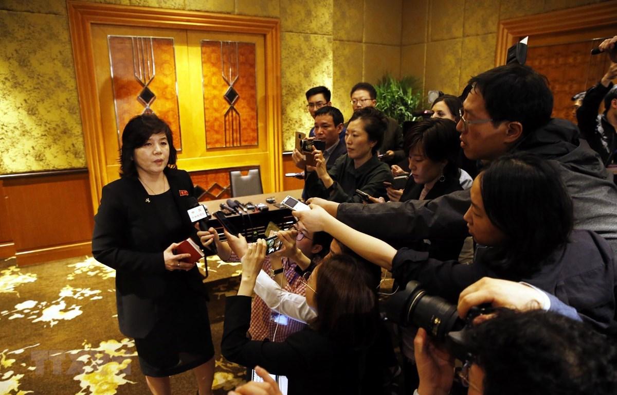 Thứ trưởng Bộ Ngoại giao Triều Tiên Choe Son Hui trả lời các phóng viên báo chí sau họp báo. (Ảnh: Lâm Khánh/TTXVN)