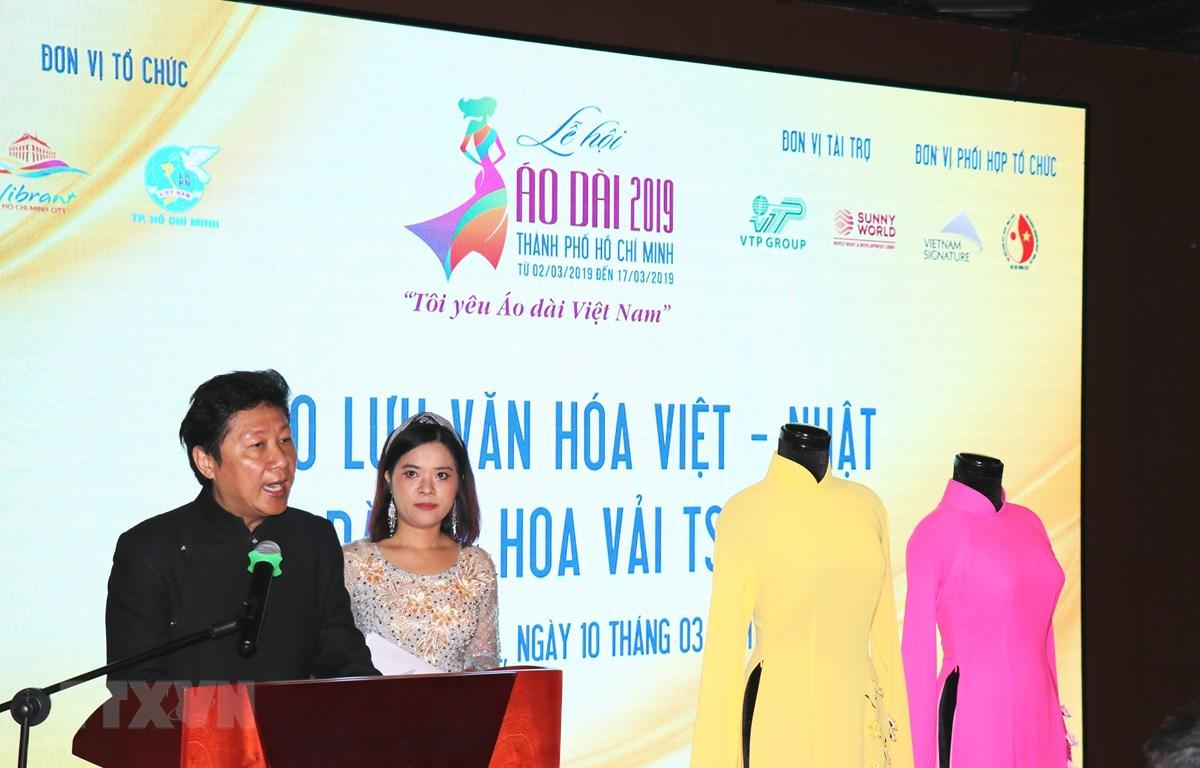 Nhà thiết kế áo dài Sĩ Hoàng phát biểu tại chương trình. (Ảnh: Gia Thuận/TTXVN)