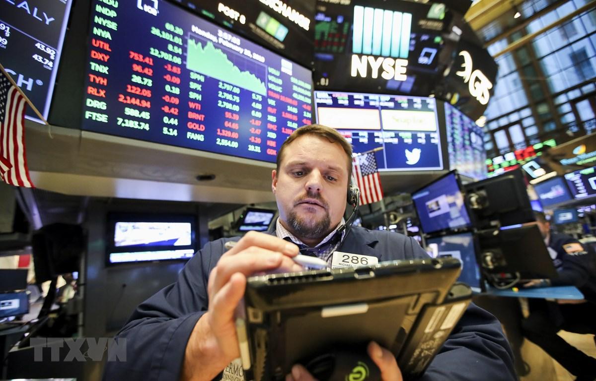 Các nhà đầu tư tại sàn giao dịch chứng khoán New York, Mỹ. (Nguồn: THX/TTXVN)