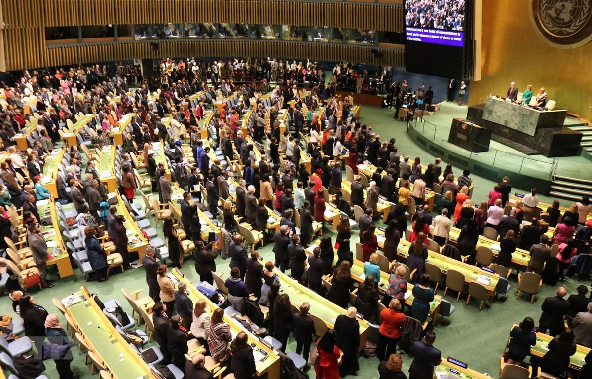 Các đại biểu dự phiên khai mạc dành 1 phút mặc niệm các hành khách thiệt mạng trên chuyến bay của Hãng hàng không Ethiopia hôm 10/3/2019157, trong đó có 21 nhân viên của Liên hợp quốc. (Ảnh: Nguyễn Thanh/TTXVN)