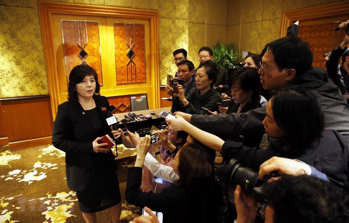 Thứ trưởng Bộ Ngoại giao Triều Tiên Choe Son Hui trả lời các phóng viên báo chí sau họp báo ở Hà Nội. (Ảnh: Lâm Khánh/TTXVN)