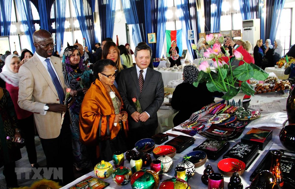 Gian hàng giới thiệu sản phẩm thủ công mỹ nghệ Việt Nam tại hội chợ. (Ảnh: Tấn Đạt/TTXVN)