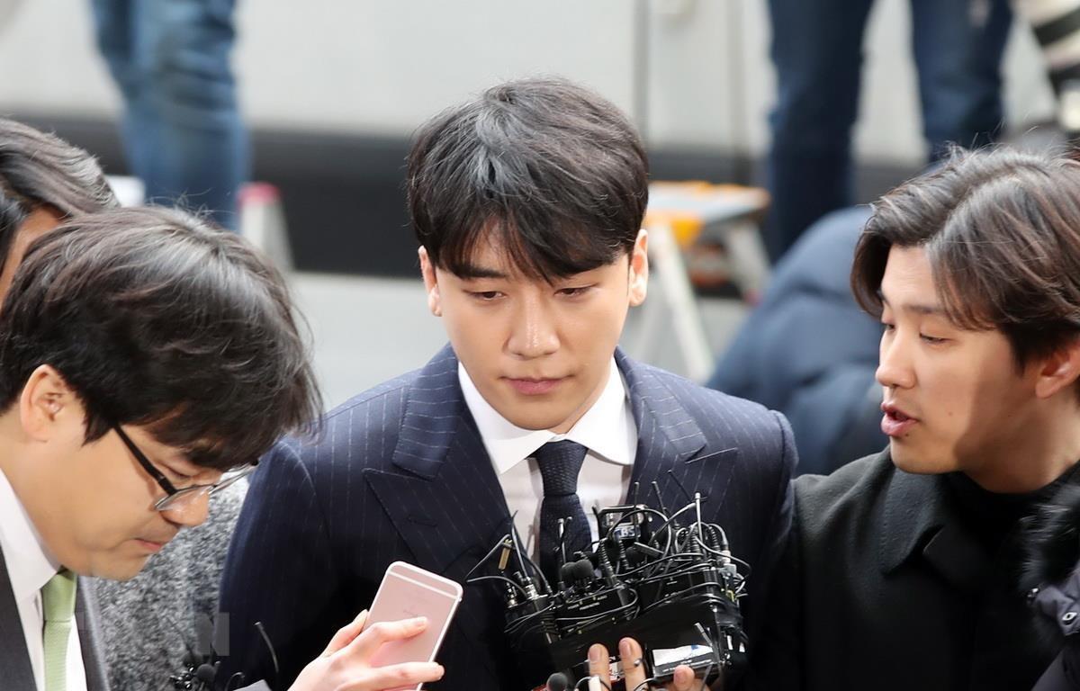 Ca sỹ Seung-ri tới sở cảnh sát ở Seoul, Hàn Quốc, ngày 14/3/2019. (Nguồn: Yonhap/TTXVN)