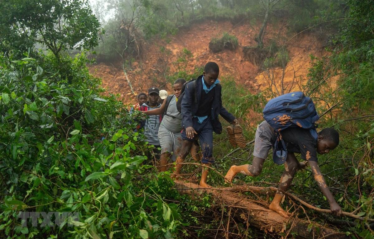 Lở đất tại Chimanimani, tỉnh Manicaland, Zimbabwe khiến giao thông bị cản trở, ngày 17/3/2019. (Nguồn: AFP/TTXVN)