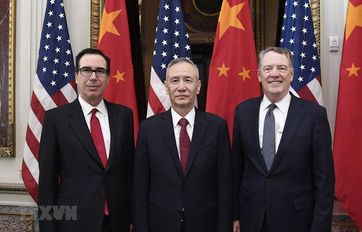 Đại diện Thương mại Mỹ Robert Lighthizer (phải), Bộ trưởng Tài chính Mỹ Steven Mnuchin (trái) và Phó Thủ tướng, Trưởng đoàn đàm phán Trung Quốc, Lưu Hạc (giữa) tại vòng đàm phán thương mại ở Washington, DC, Mỹ, ngày 21/2/2019. (Nguồn: THX/TTXVN)