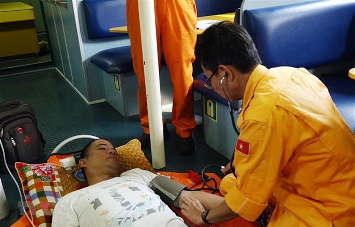Thuyền viên Michael Samorin được chăm sóc y tế trên tàu SAR 412. (Nguồn: TTXVN)