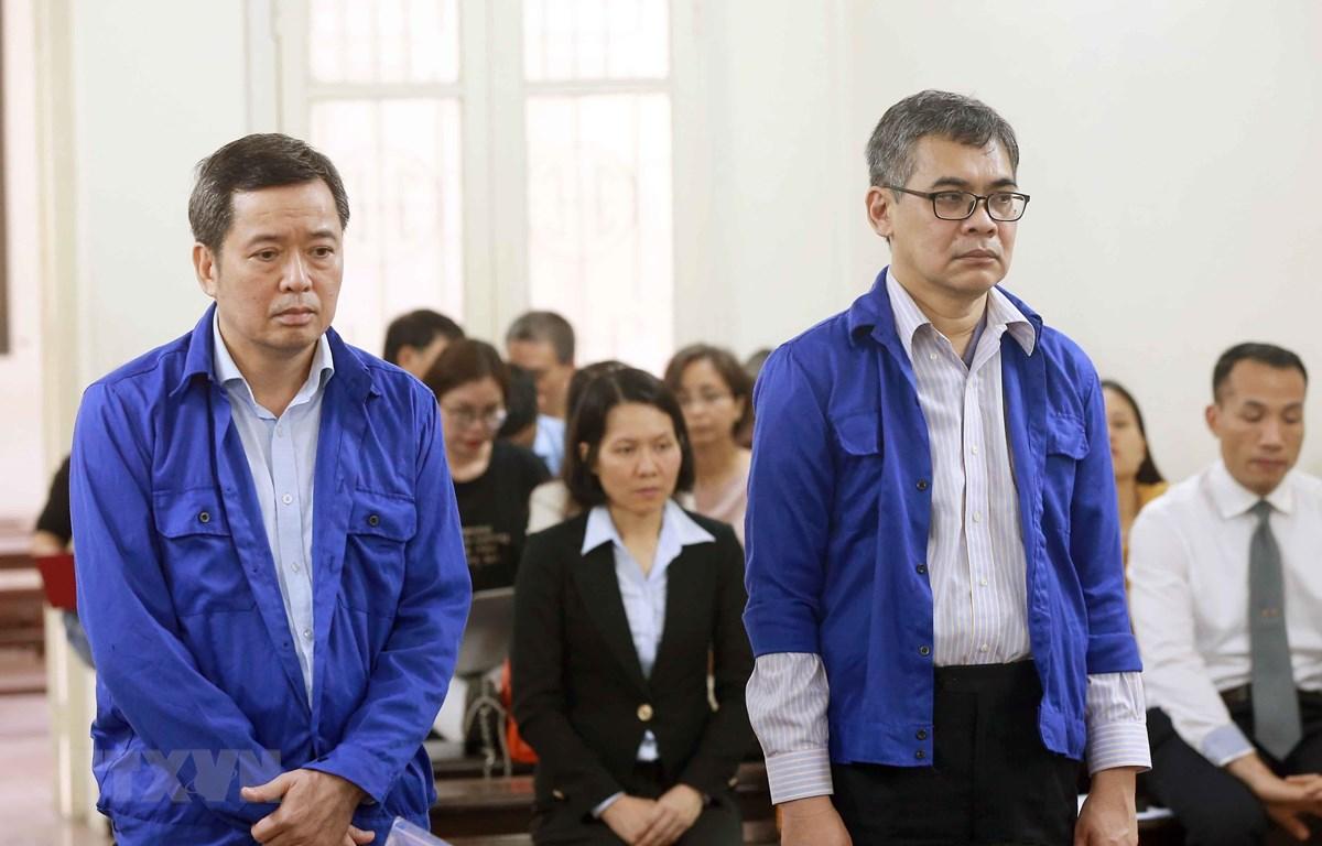 Bị cáo Võ Quang Huy (sinh năm 1961, nguyên Chánh kế toán VSP) và bị cáoTừ Thành Nghĩa (sinh năm 1962, nguyên Tổng Giám đốc VSP) . (Ảnh: Doãn Tấn/TTXVN)