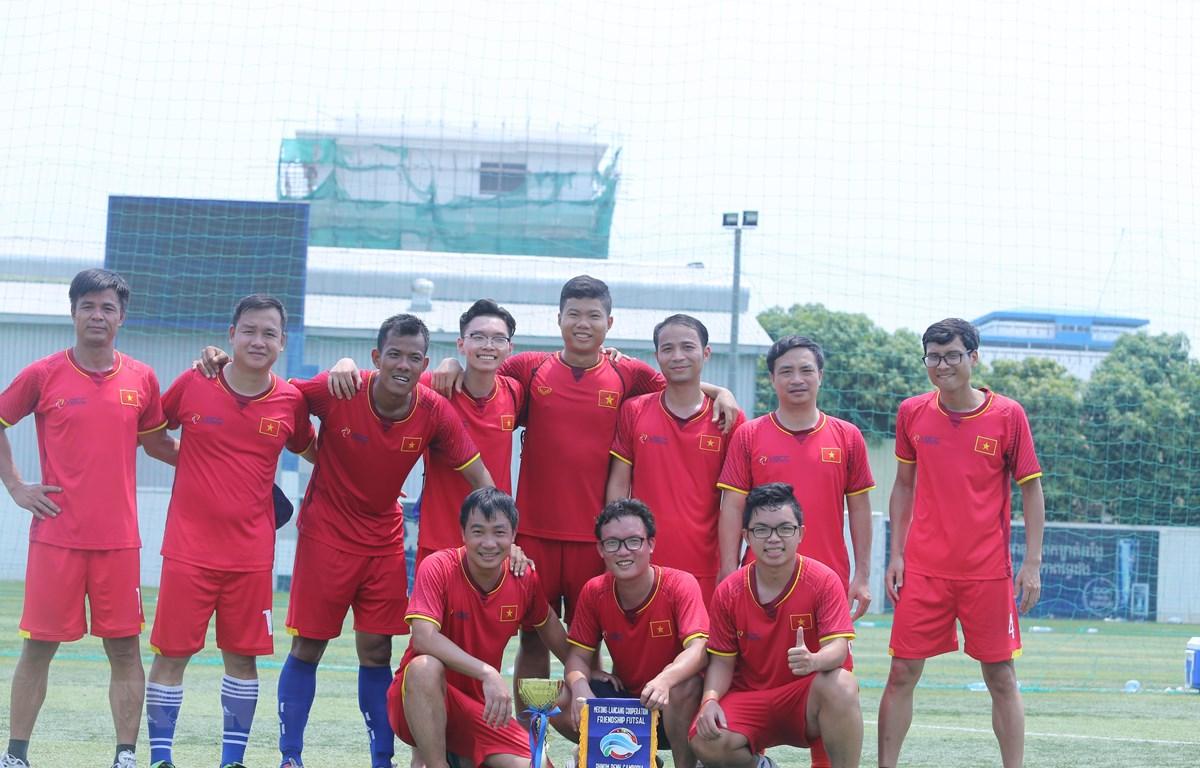 Đội bóng Đại sứ quán Việt Nam giành chức vô địch giải đấu. (Ảnh: Chanh Đa/TTXVN)