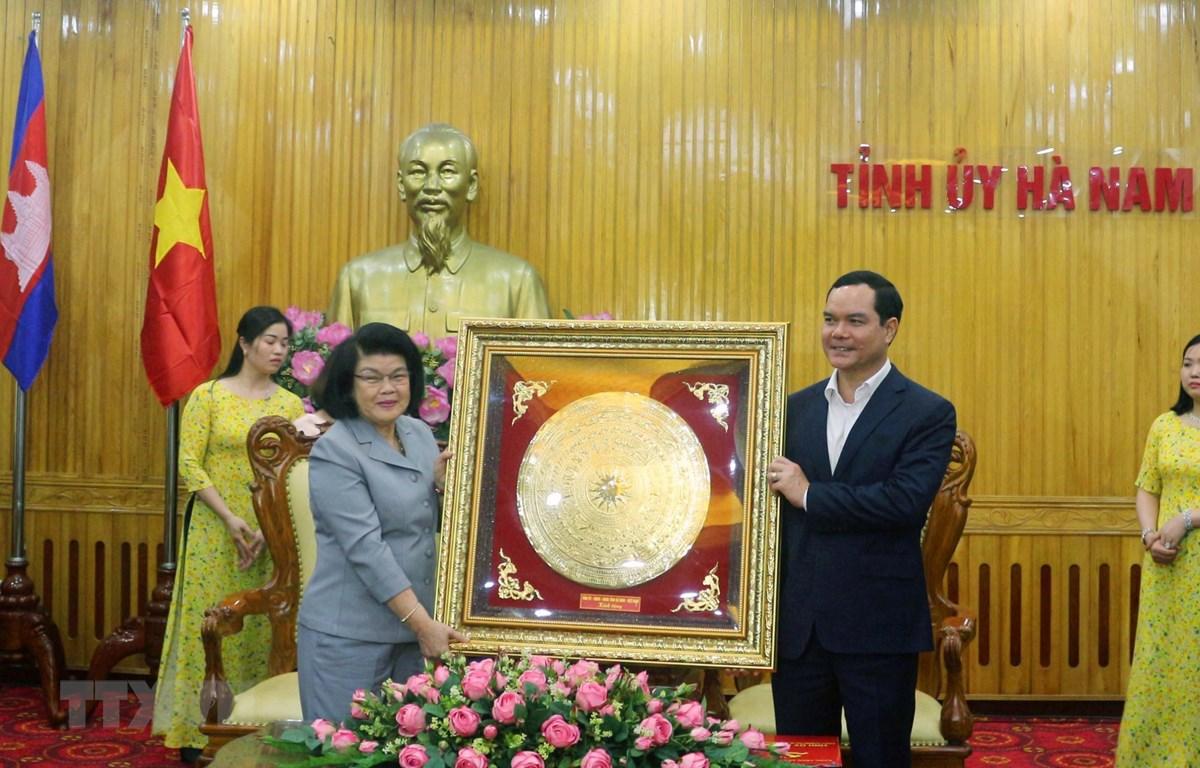 Ủy viên Trung ương Đảng, Bí thư Tỉnh ủy Hà Nam Nguyễn Đình Khang tặng quà lưu niệm Đoàn đại biểu Quốc hội Vương quốc Campuchia. (Ảnh: Thanh Tuấn/TTXVN)