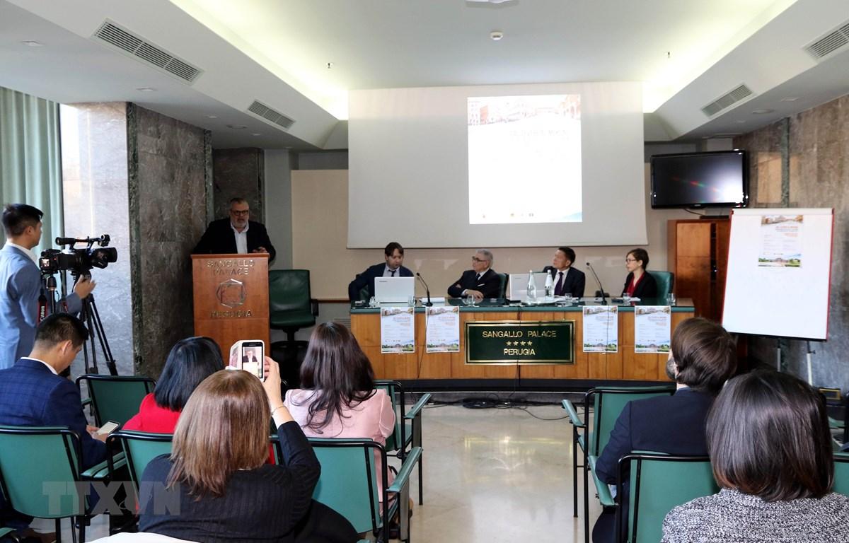 Phó Thị trưởng Perugia Michele Fioroni phát biểu tại Hội thảo. (Ảnh: Ngự Bình/TTXVN)