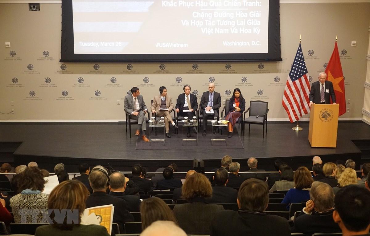 """Hội thảo """"Khắc phục hậu quả chiến tranh: """"Chặng đường hòa giải và hợp tác tương lai giữa Việt Nam và Hoa Kỳ"""" được tổ chức ngày 26/3 tại Viện Hòa bình Hoa Kỳ (USIP), Thủ đô Washington DC, Mỹ. (Ảnh: Đặng Huyền/TTXVN)"""