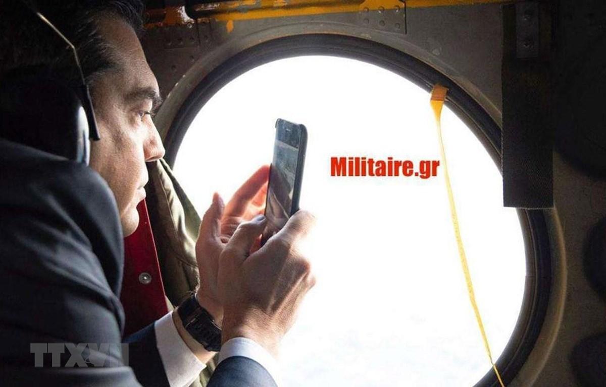Thủ tướng Hy Lạp Alexis Tsipras trên chiếc trực thăng Chinook ngày 28/3/2019. (Nguồn: Militaire/TTXVN)