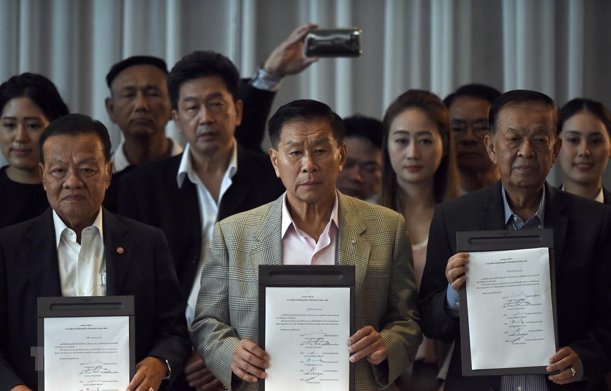 Lãnh đạo đảng Pheu Thai Viroj Pao-in, Seriphisut Themiyavet của đảng Ruamthai Seri và Muhamad Noor Matha của đảng Prachachart Wan công bố văn kiện ký kết về việc thành lập liên minh, trong cuộc họp báo tại Bangkok, Thái Lan, ngày 27/3/2019. (Nguồn: AFP/TT