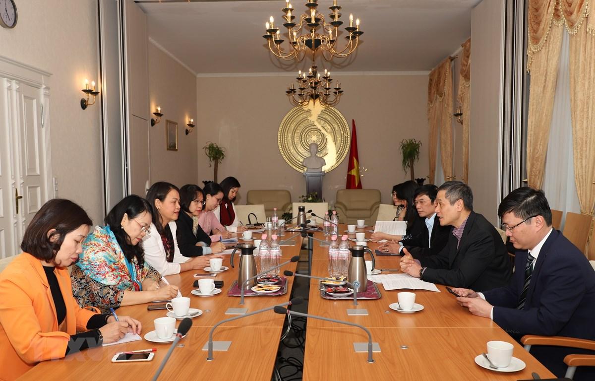 Đoàn công tác Hội Liên hiệp Phụ nữ Việt Nam làm việc với Đại sứ quán Việt Nam tại Đức. (Ảnh: Phạm Thắng/TTXVN)