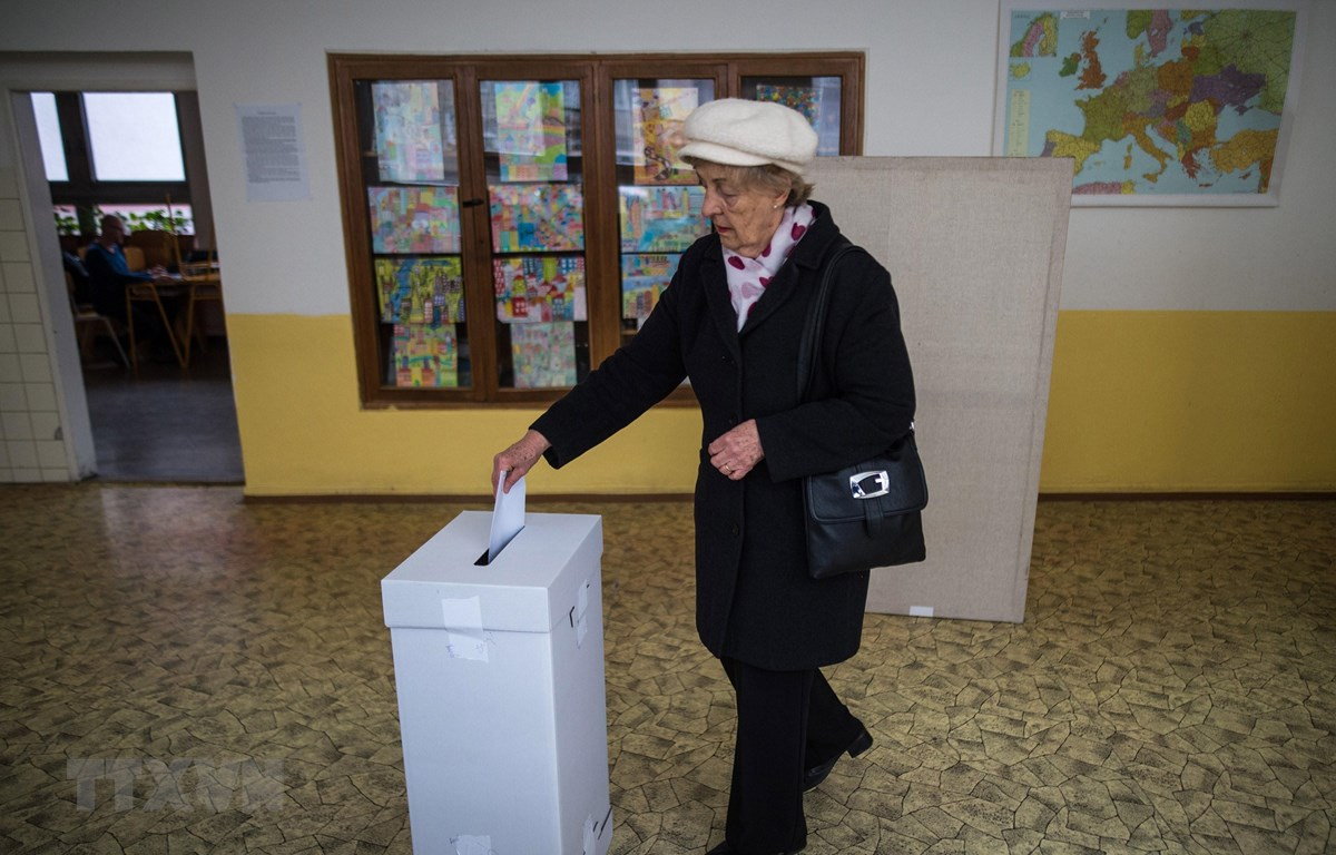 Cử tri Slovakia bỏ phiếu tại một địa điểm bầu cử ở Bratislava, ngày 16/3. (Nguồn: AFP/TTXVN)