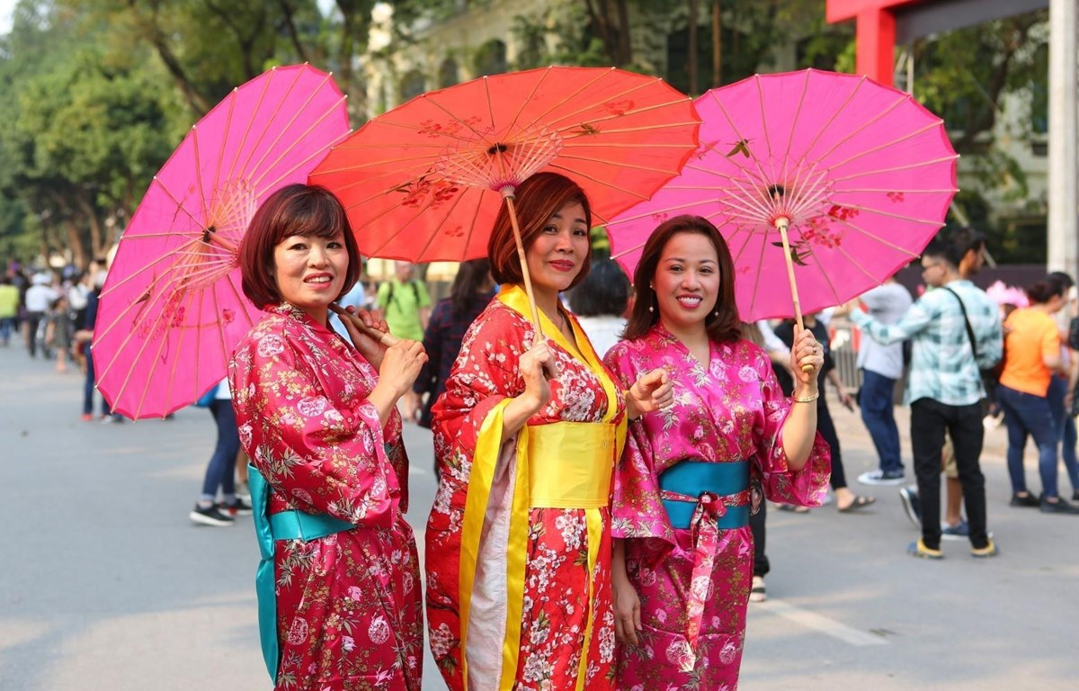 Phụ nữ Việt Nam mặc trang phục truyền thống của Nhật Bản tại lễ hội. (Ảnh: Thành Đạt/TTXVN)