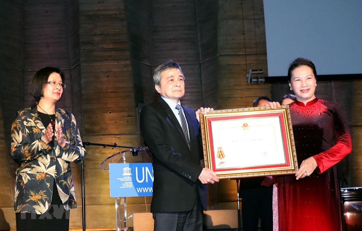 Chủ tịch Quốc hội Nguyễn Thị Kim Ngân trao Huân chương Độc lập hạng Nhất lần thứ hai cho Hội người Việt Nam tại Pháp. (Ảnh: Trọng Đức/TTXVN)