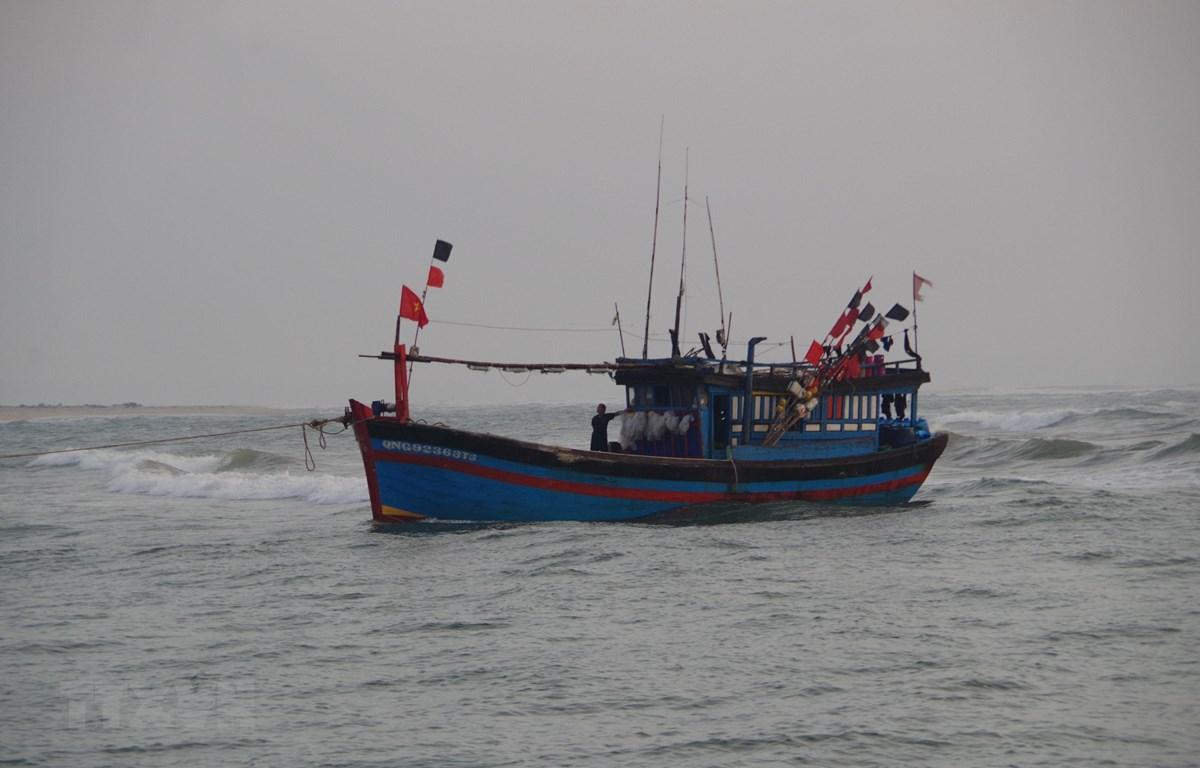 Tàu cá bị nạn được lai dắt. (Nguồn: TTXVN)