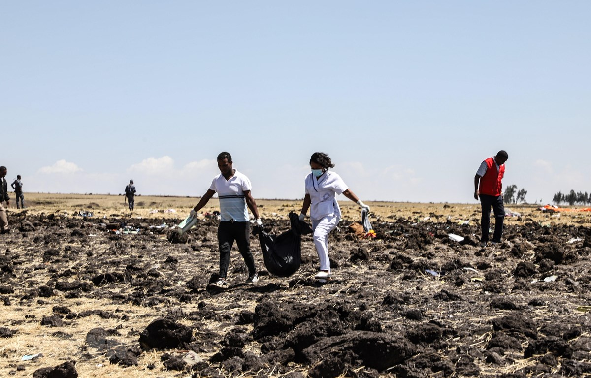 Nhân viên cứu hộ tìm kiếm thi thể các nạn nhân vụ tai nạn máy bay Boeing 737 MAX của Hãng hàng không Ethiopian Airlines gần thị trấn Bishoftu, cách Addis Ababa khoảng 60km về phía đông nam ngày 10/3/2019. (Nguồn: AFP/TTXVN)