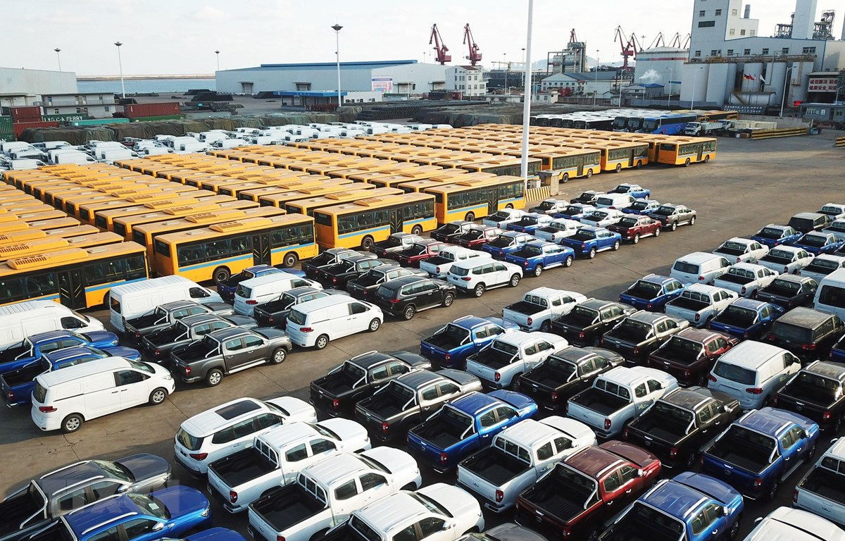 Ôtô xuất khẩu được xếp tại cảng ở Liên Vân Cảng, tỉnh Giang Tô, miền đông Trung Quốc. (Nguồn: THX/TTXVN)