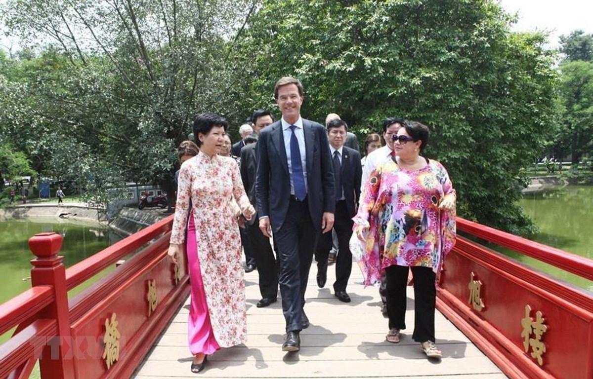 Thủ tướng Hà Lan Mark Rutte qua cầu Thê Húc vào tham quan đền Ngọc Sơn (Hà Nội), trong chuyến thăm chính thức lần đầu tiên tới Việt Nam từ ngày 16-17/6/2014. (Ảnh: Doãn Tấn – TTXVN)