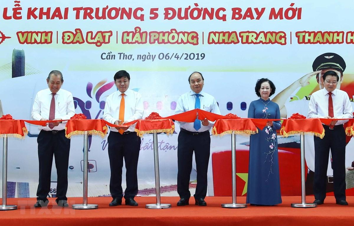 Thủ tướng Nguyễn Xuân Phúc và các đại biểu thực hiện nghi thức khai trương. (Ảnh: Thống Nhất/TTXVN)