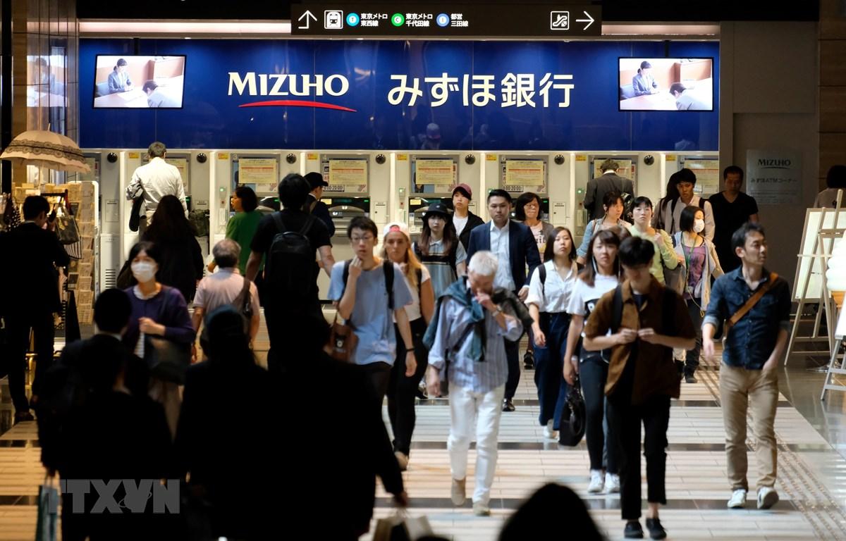 Người dân tại một khu mua sắm ở thủ đô Tokyo, Nhật Bản. (Nguồn: AFP/TTXVN)