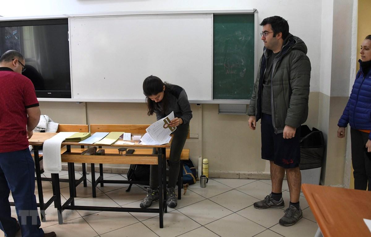 Trong ảnh: Cử tri bỏ phiếu tại điểm bầu cử ở Istanbul, Thổ Nhĩ Kỳ, ngày 31/1/2019. (Nguồn: THX/TTXVN)