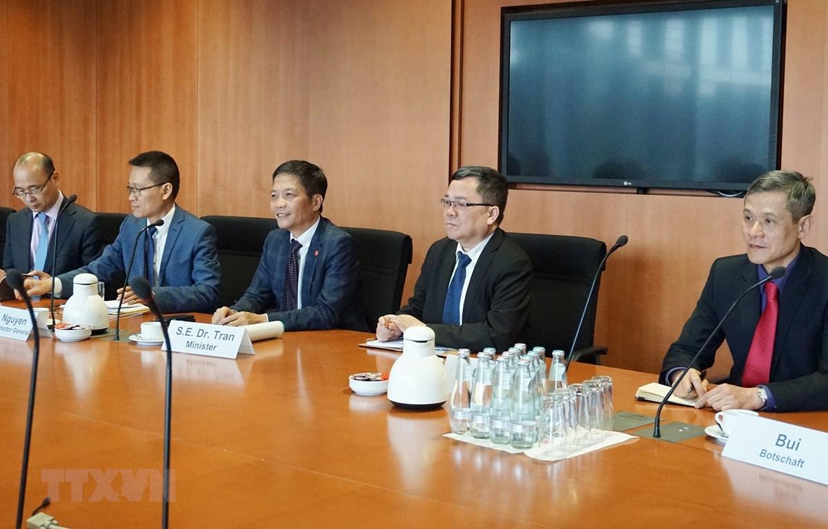 Bộ trưởng Công Thương Trần Tuấn Anh làm việc với ông Klaus Ersnt, Chủ tịch Ủy ban Kinh tế và Năng lượng Quốc hội Liên bang Đức. (Ảnh: Phạm Thắng/TTXVN)