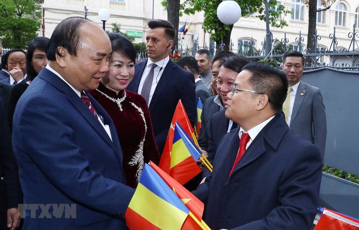 Thủ tướng Nguyễn Xuân Phúc và Phu nhân đến thăm và nói chuyện với cán bộ nhân viên Đại sứ quán và cộng đồng người Việt Nam tại Romania. (Ảnh: Thống Nhất/TTXVN)