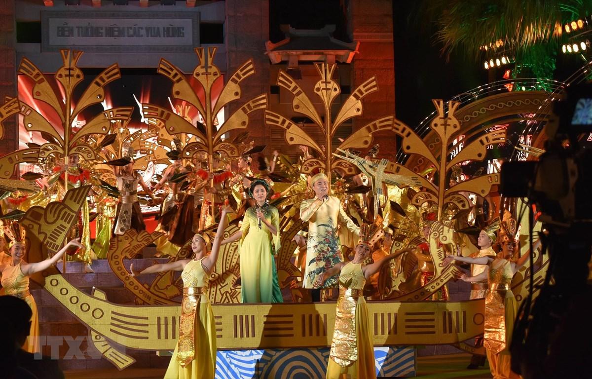 Tiết mục biểu diễn văn nghệ tại chương trình nghệ thuật kỷ niệm 10 năm thành lập khu Tưởng niệm các Vua Hùng. (Ảnh: Gia Thuận /TTXVN)