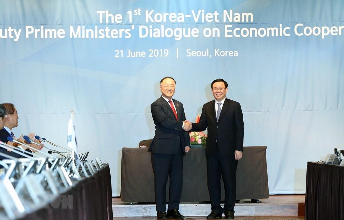 Phó Thủ tướng Vương Đình Huệ và Phó Thủ tướng Hàn Quốc Hong Nam Ki. (Ảnh: Mạnh Hùng/TTXVN)