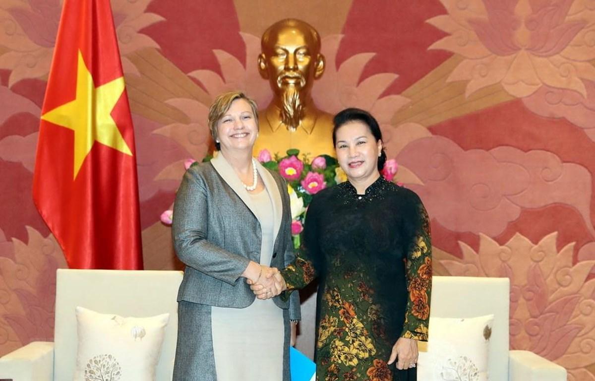 Chủ tịch Quốc hội Nguyễn Thị Kim Ngân và Trưởng đại diện Quỹ nhi đồng Liên hợp quốc tại Việt Nam Rana Flowers. (Ảnh: Trọng Đức/TTXVN)