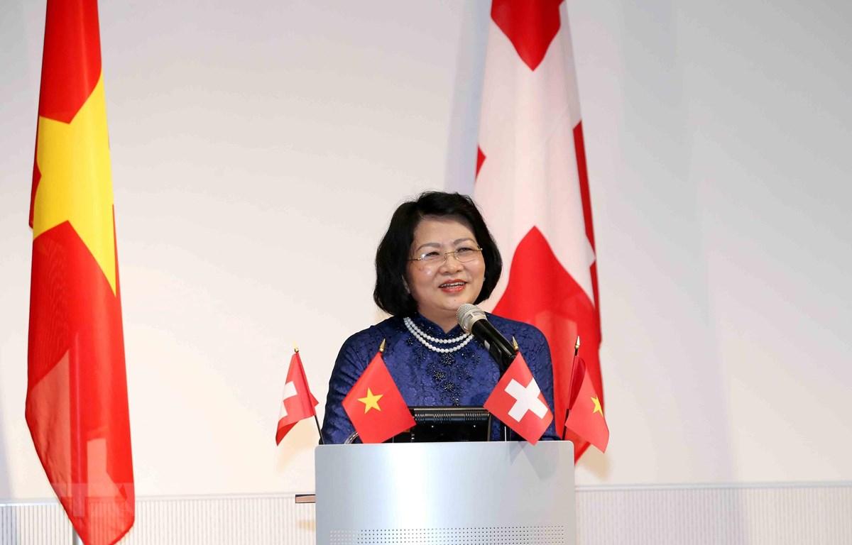 Phó Chủ tịch nước Đặng Thị Ngọc Thịnh phát biểu tại buổi gặp gỡ giảng viên, sinh viên Việt Nam và cộng đồng người Việt Nam tại Thụy Sỹ. (Ảnh: Phương Hoa/TTXVN)