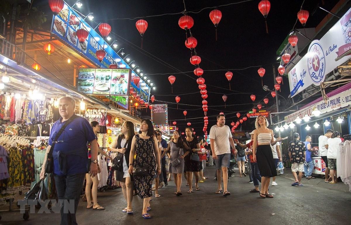 Du khách quốc tế tham quan, khám phá chợ đêm Phú Quốc (Kiên Giang). (Nguồn: TTXVN)