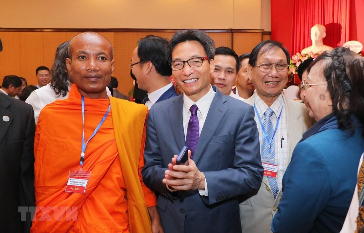 Phó thủ tướng Chính phủ Vũ Đức Đam cùng các đại biểu dân tộc thiểu số tại Đại hội. (Ảnh: Thành Đạt/TTXVN)