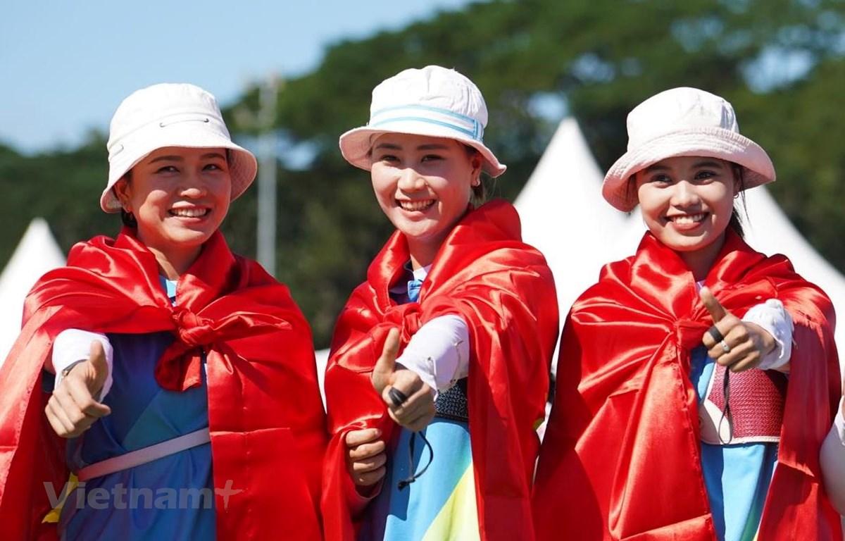 Ba cung thủ Việt Nam trên bục nhận huy chương. (Ảnh: Vietnam+)