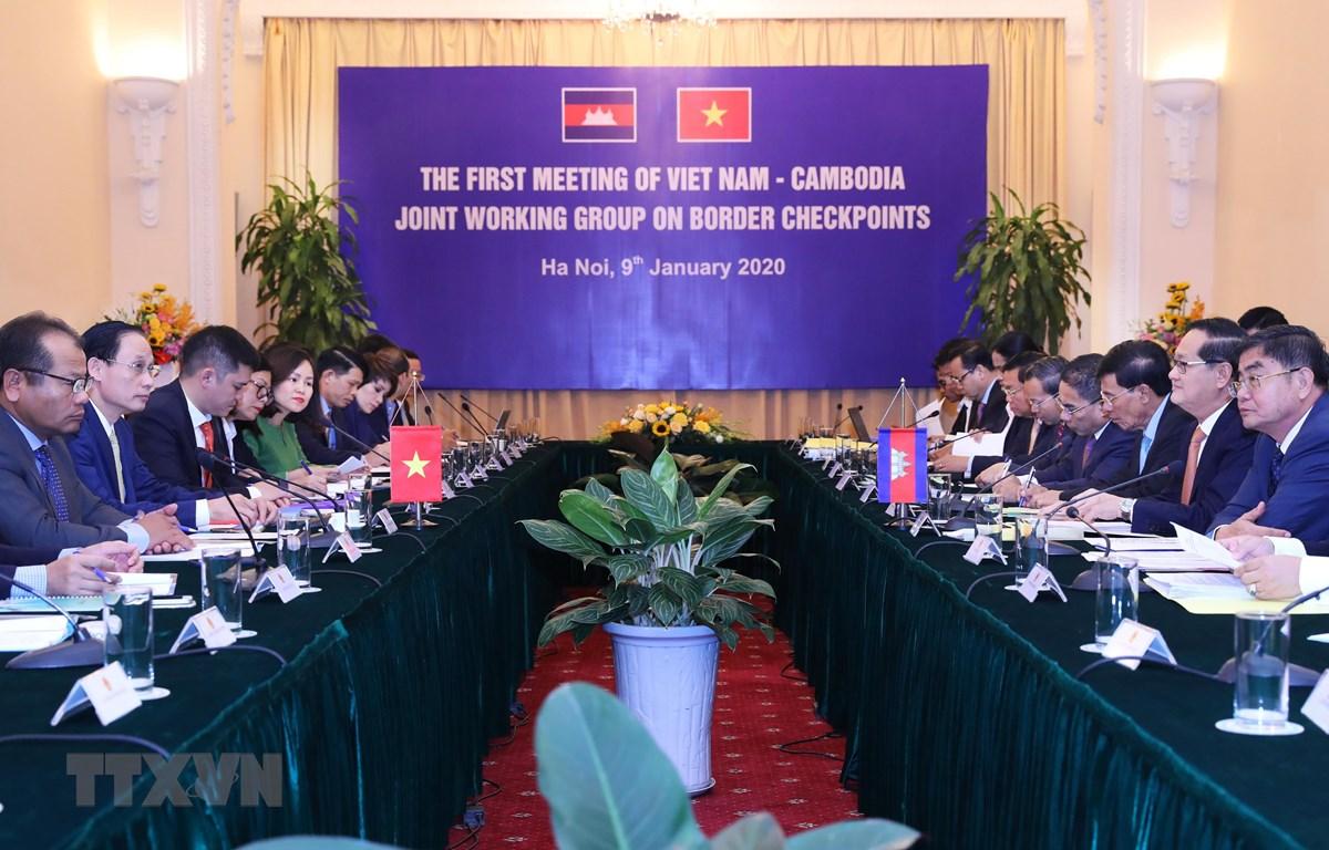 Thứ trưởng Bộ Ngoại giao Lê Hoài Trung và Quốc Vụ khanh Bộ Nội vụ Campuchia Sok Phal đồng chủ trì họp nhóm công tác hỗn hợp về biên giới đất liền vòng 1 giữa hai nước. (Ảnh: Lâm Khánh/TTXVN)