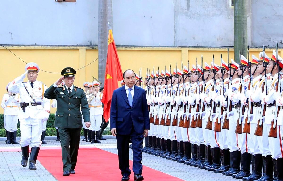 Thủ tướng Nguyễn Xuân Phúc duyệt đội danh dự Công an nhân dân. (Ảnh: Thống Nhất/TTXVN)