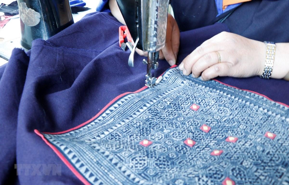 Những sản phẩm thổ cẩm độc đáo được hoàn thiện dưới đường may khéo léo của phụ nữ Mông. (Ảnh: Việt Dũng/TTXVN)