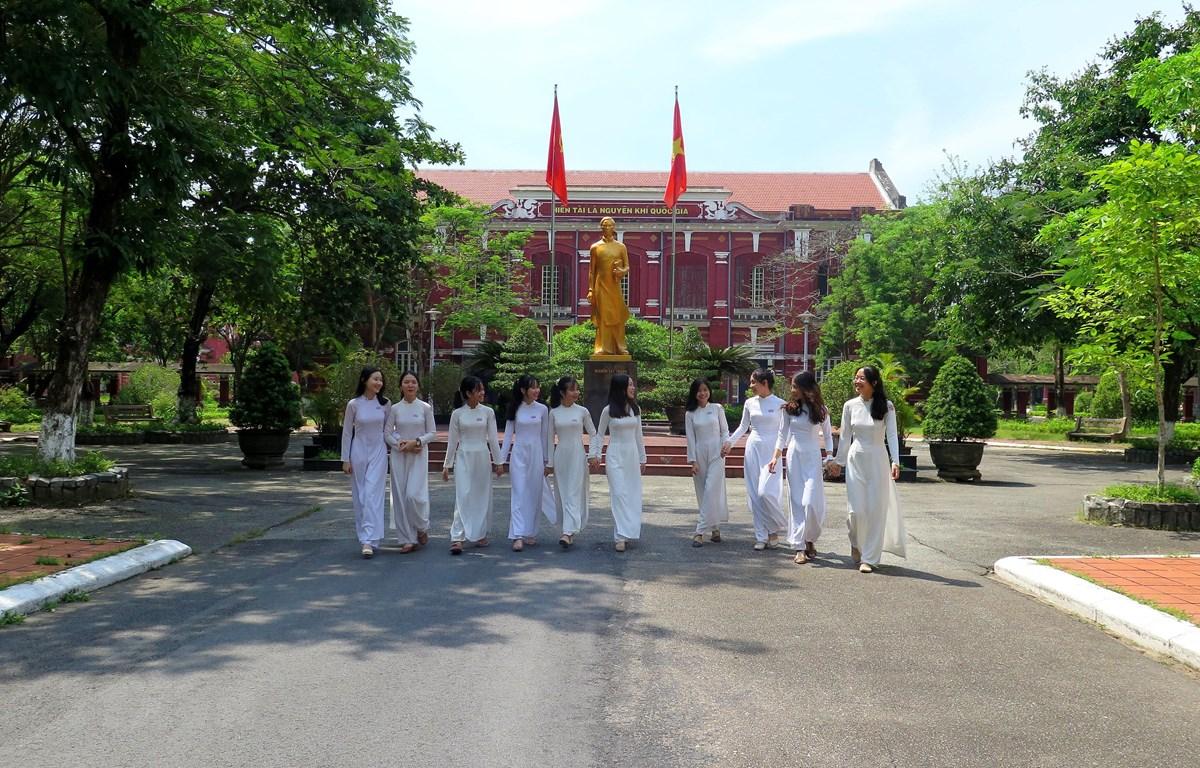 Bức tượng cậu học trò Nguyễn Tất Thành được đặt ở vị trí trang trọng nhất giữa sân trường. (Ảnh: Tường Vi/TTXVN)