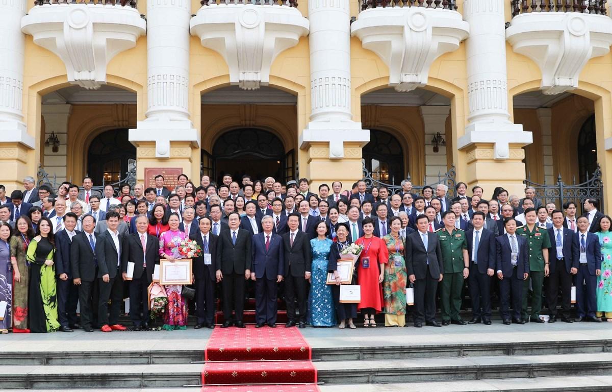 Các đồng chí lãnh đạo Đảng, Nhà nước chụp ảnh chung cùng đại biểu dự hội nghị. (Ảnh: Thanh Tùng/TTXVN)