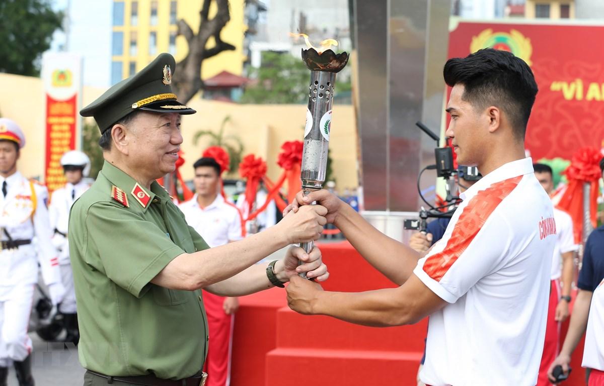 Đại tướng Tô Lâm, Ủy viên Bộ Chính trị, Bộ trưởng Bộ Công an thắp đuốc khai mạc Đại hội khỏe. (Ảnh: Dương Giang/TTXVN)