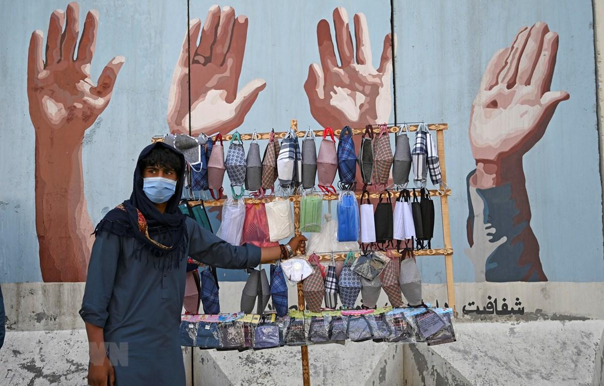 Một quầy hàng bán khẩu trang tại Kabul, Afghanistan. (Nguồn: AFP/TTXVN)