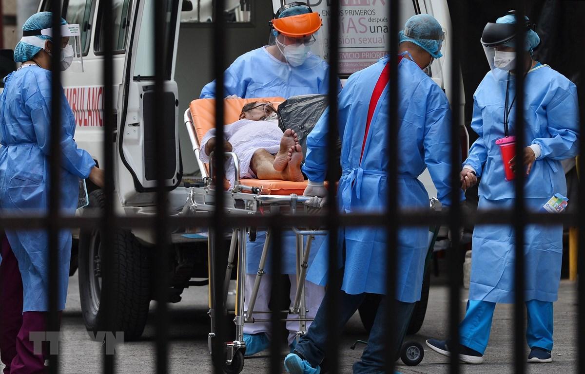 Chuyển bệnh nhân COVID-19 tới bệnh viện tại Tegucigalpa, Honduras, ngày 4/8/2020. (Nguồn: AFP/TTXVN)